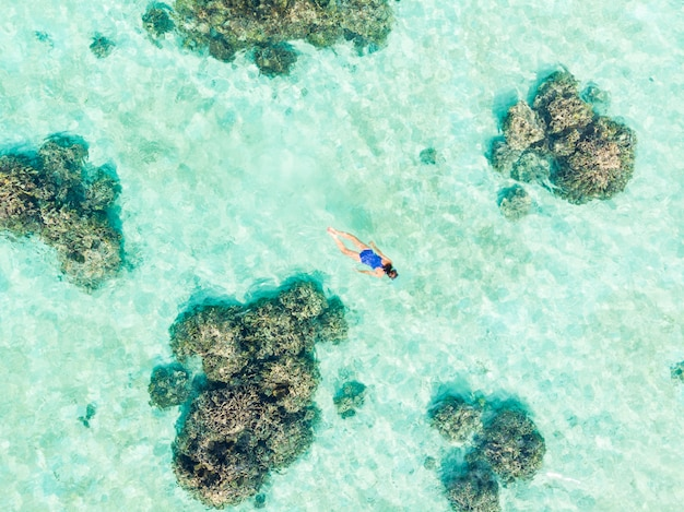 Lucht top-down mensen die op koraalrif tropische caraïbische overzees snorkelen