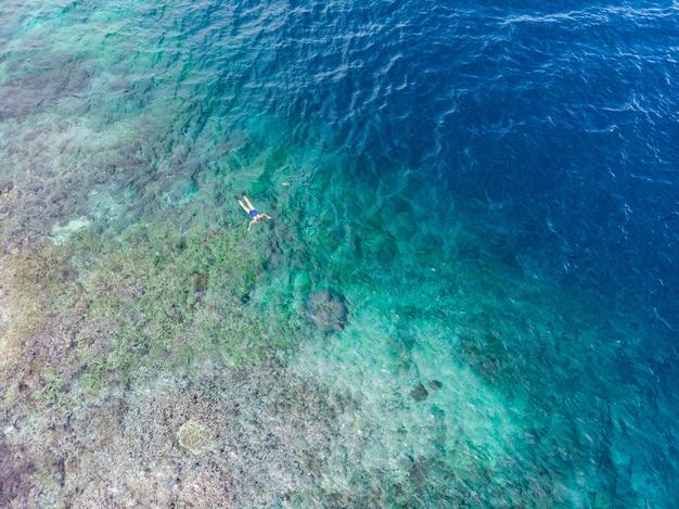 Lucht top-down mensen die op koraalrif tropische caraïbische overzees, turkoois blauw water snorkelen