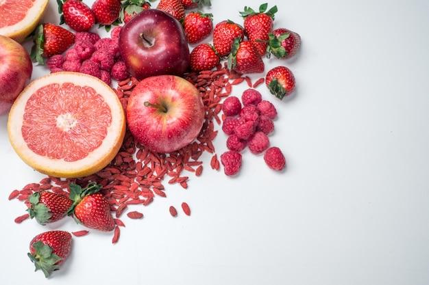 Lucht trillend schot van rood fruit en groenten op een witte achtergrond