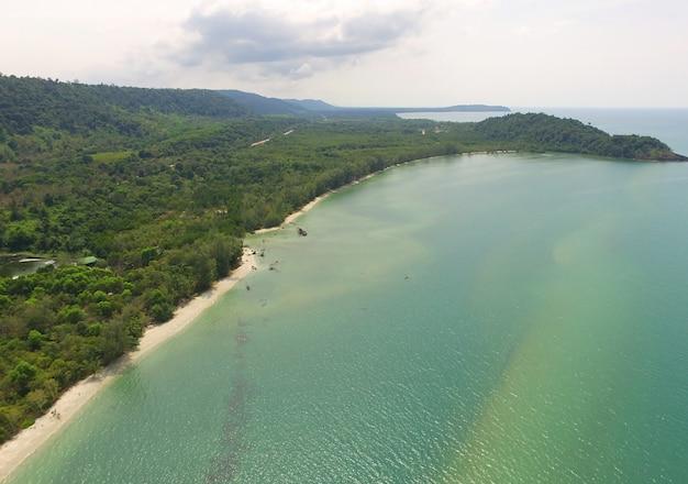 Lucht vogelperspectief van smaragdgroene vreedzame zee en de kust van de golf van thailand door drone