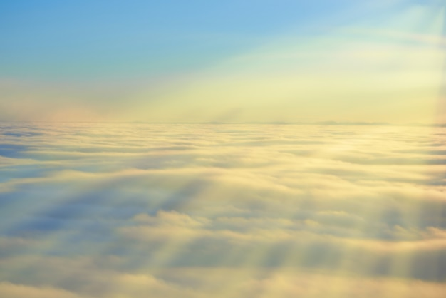 Lucht, zonsondergangzon en wolken