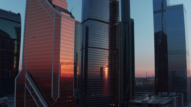 Luchtavondmening van wolkenkrabbers in het centrum van de stad