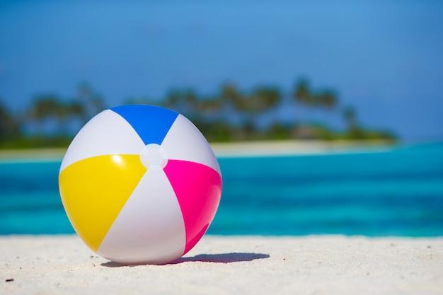 Luchtbal bij wit strand met turkooise overzees en blauwe hemel