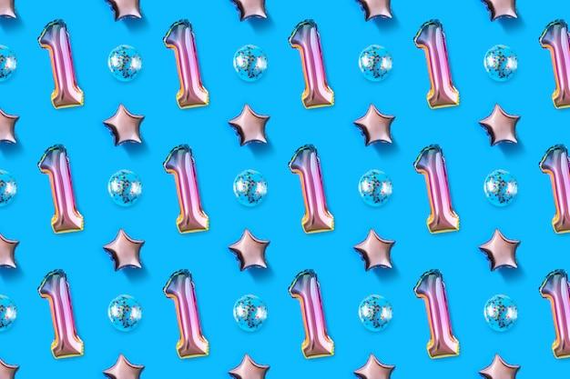 Luchtballons van nummer één en balvormige folie op blauwe achtergrond.