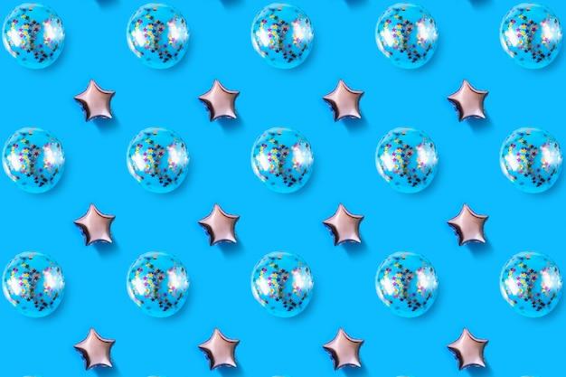 Luchtballons van ster en cirkelvormige folie op blauwe achtergrond.
