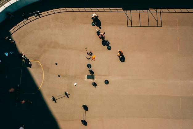 Luchtbeelden van een sportveld, mensen die aan gewichtheffen doen