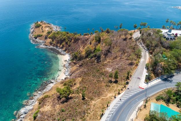 Luchtdiemenhommel van de kaap van laem promthep, mooi landschap andaman overzees in zomer, phuket thailand wordt geschoten.