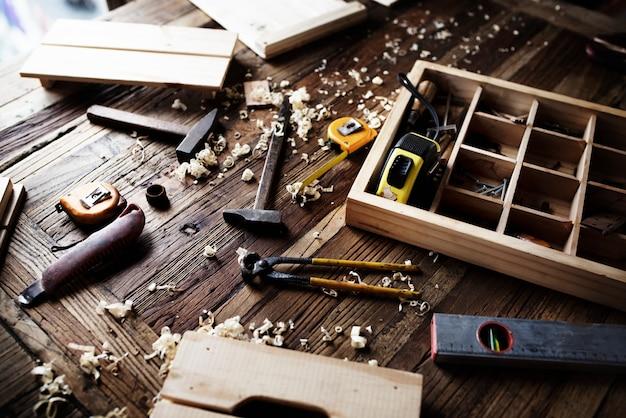 Luchtdiemening van timmermanshulpmiddelenmateriaal op houten lijst wordt geplaatst
