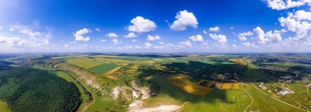 Luchtdrone panoramisch uitzicht op de natuurvallei met rivierheuvels en velden