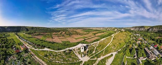 Luchtdrone panoramisch uitzicht op de vallei van de natuurkerk met rivier en heuvels