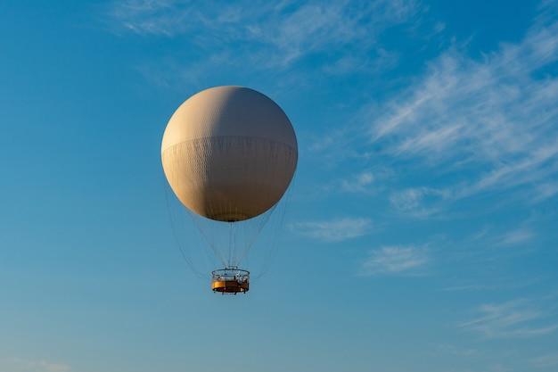 Luchtexcursieballon voor passagiers tegen de blauwe lucht, tbilisi.