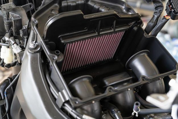 Luchtfilter in een sportmotorfiets. verwerking om het luchtfilter van de motor te vervangen.