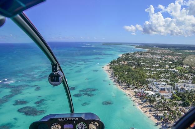 Luchtfoto aan de zeekust
