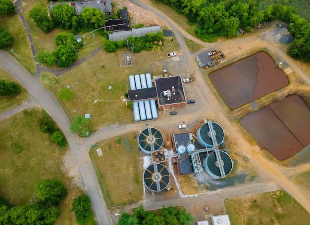 Luchtfoto afvalwater van een rioolwaterzuiveringsbedrijf van de afvalwaterzuiveringsinstallatie industrieel omringen