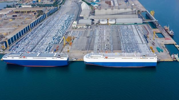 Luchtfoto auto laden naar grote roro roll on off carrier schip voor verzending naar de hele wereld
