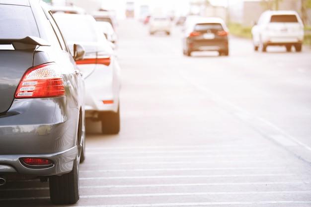 Luchtfoto auto parkeerplaats buiten, achter auto's in rij parkeren aan de kant van de weg.