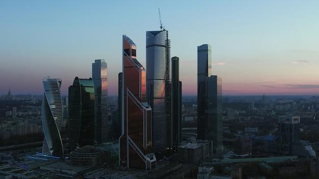 Luchtfoto avond moskou stadsgezicht met zakencentrum rusland