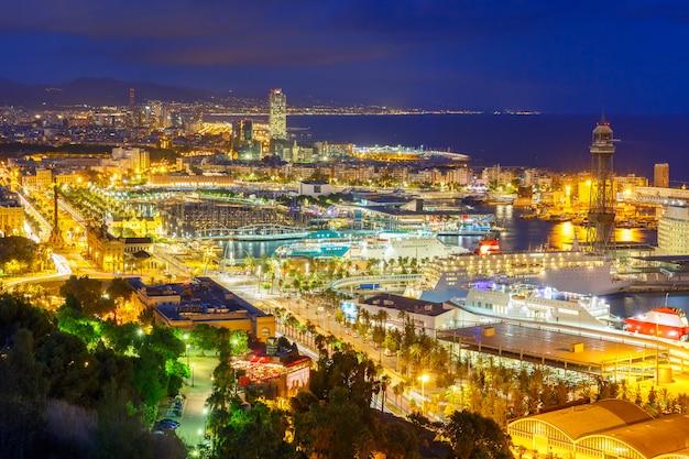 Luchtfoto barcelona 's nachts, catalonië, spanje