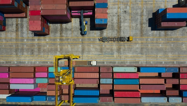 Luchtfoto beelden container laden, zeecontainers verplaatsen