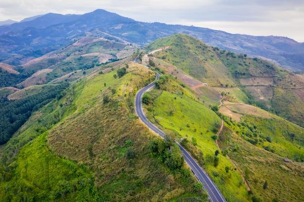 Luchtfoto bergpaden landelijke weg tussen de stad en de vallei in bij doi chang chiang rai thailand