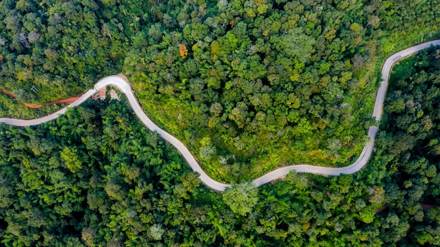 Luchtfoto bergpaden landelijke weg tussen de stad in doi chang chiang rai thailand