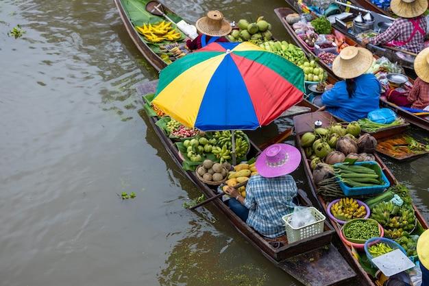 Luchtfoto beroemde drijvende markt in thailand damnoen saduak drijvende markt ratchaburi thailand