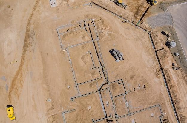 Luchtfoto bouwwerkzaamheden in het leggen van leidingen in de fundering voor nieuwe wooncomplexen