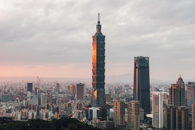 Luchtfoto boven downtown taipei met taipei 101 wolkenkrabber in de schemering van xiangshan elephant mountain in de avond.