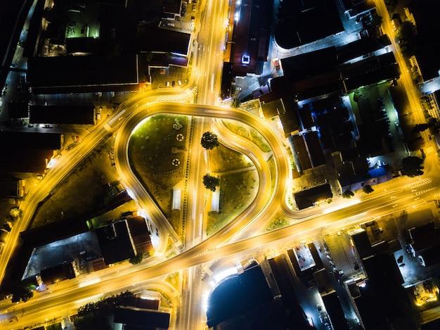 Luchtfoto boven van road junction 's nachts in sochi, rusland 2019