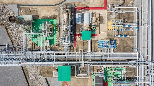 Luchtfoto bovenaanzicht aardgasleiding, gasindustrie, gastransportsysteem, afsluiters en apparaten voor gaspompstation.