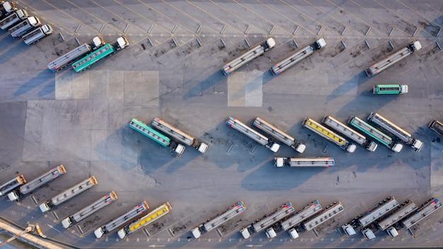 Luchtfoto bovenaanzicht auto of auto brandstoftankers bedrijfs- en industriebrandstof, semi vrachtwagen met lading aanhangwagen auto parkeren bij oliestation in thailand