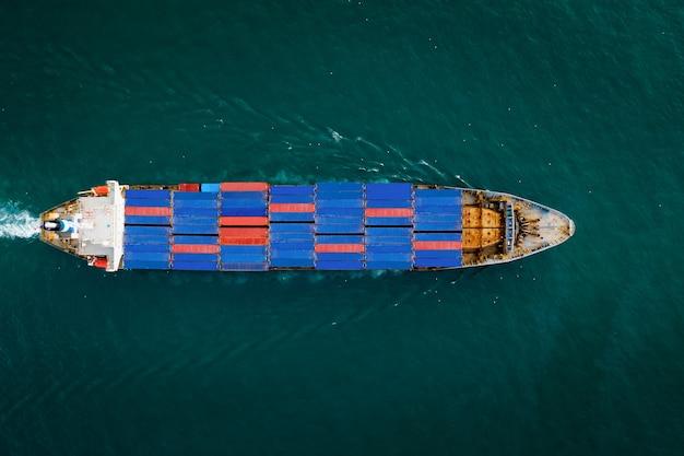 Luchtfoto bovenaanzicht containervrachtschip in import export zakelijke diensten commerciële handel