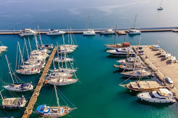 Luchtfoto bovenaanzicht door drone van boten en jachten in de mediterrane haven