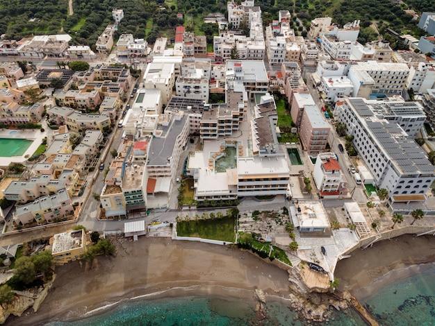Luchtfoto bovenaanzicht door drone van een klein toeristisch stadje.