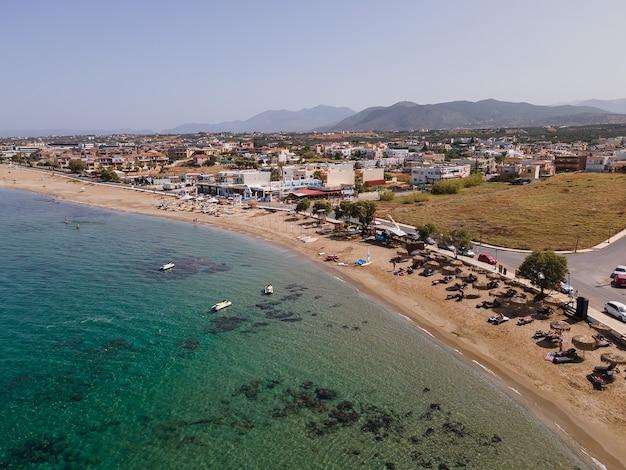 Luchtfoto bovenaanzicht door drone van het strand met jetski.