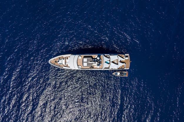 Luchtfoto bovenaanzicht door drone van luxe jacht in de zee.