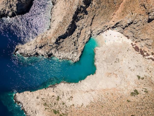 Luchtfoto bovenaanzicht door drone van strand van seitan limania in baai met turquoise water kreta