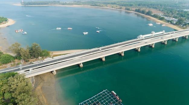 Luchtfoto bovenaanzicht drone shot van brug met auto's op brug weg afbeelding vervoer achtergrond concept gelegen op sarasin brug phuket, thailand.