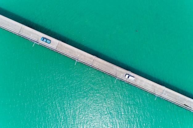 Luchtfoto bovenaanzicht drone shot van kleine brug in de zee beeld transport concept.