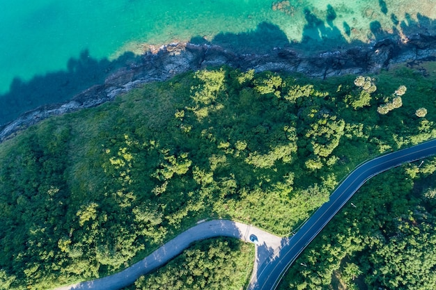 Luchtfoto bovenaanzicht kust met asfaltweg kromme in tropisch eiland prachtig uitzicht op de natuur prachtig eiland in phuket thailand.