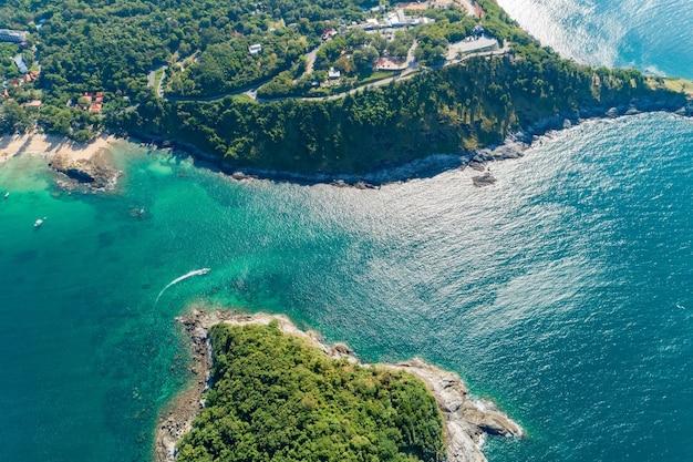 Luchtfoto bovenaanzicht kust tropisch eiland prachtig uitzicht op de natuur prachtig eiland in phuket thailand.