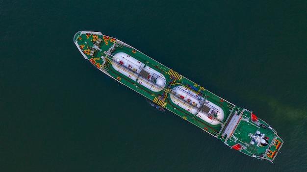Luchtfoto bovenaanzicht lpg-tanker, zakelijke logistieke import en export van olie- en gastransport.