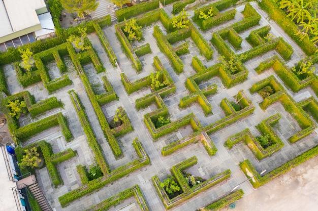 Luchtfoto bovenaanzicht middelgrote hoogte boven van doolhof groen park tuin