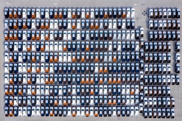Luchtfoto bovenaanzicht nieuwe auto's opgesteld in de haven