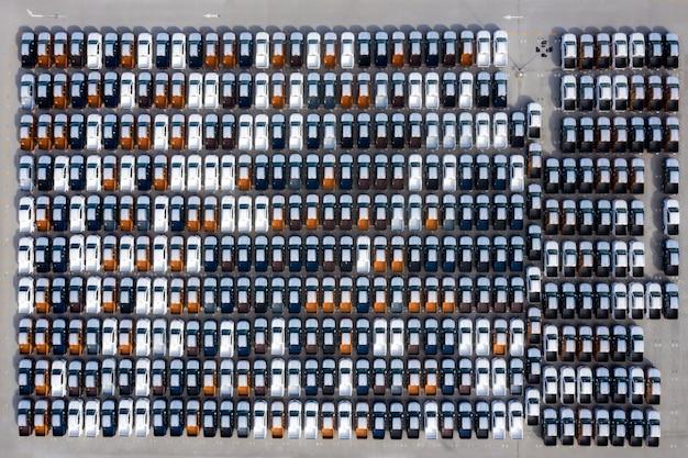 Luchtfoto bovenaanzicht nieuwe auto's van de autofabriek geparkeerd in de haven