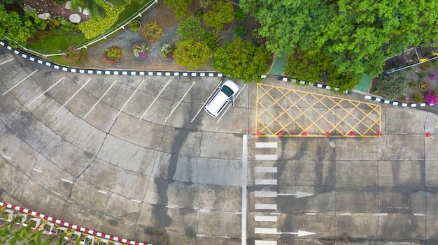 Luchtfoto bovenaanzicht over zebrapad op verkeersweg