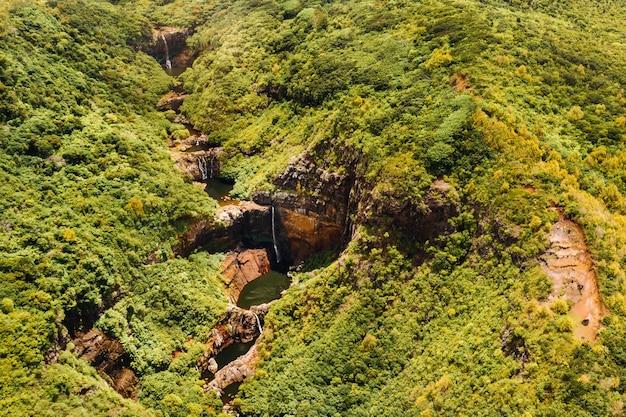 Luchtfoto bovenaanzicht perspectief van tamarin waterfall seven cascades in de jungle van het tropische eiland mauritius.