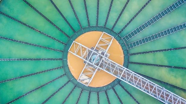 Luchtfoto bovenaanzicht recirculatie vaste contactzuiveringsinstallatie bezinktank