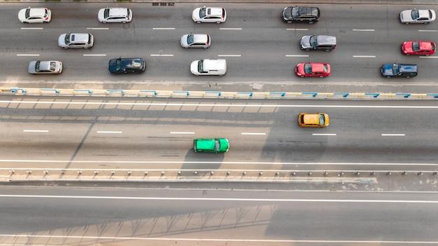 Luchtfoto bovenaanzicht van auto wegverkeer van vele auto's op de snelweg van bovenaf, stad transport concept