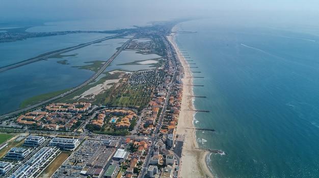 Luchtfoto bovenaanzicht van badplaats aan de middellandse zee van bovenaf, vakantie en toeristische vakantiebestemming in frankrijk